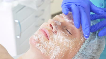 arbustos : Close up of beauty procedure. Beautician cleaning facial mask. Peeling. Beauty and body skin care. slow motion 4k