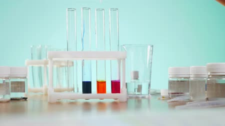 amostra : chemical experiments, laboratory test tubes with reagents. 4k, close-up Stock Footage