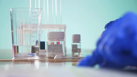 fluido : chemical experiments, laboratory test tubes with reagents. 4k, close-up Stock Footage