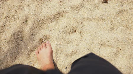 voyager : Mens Legs on the sea sand and wave, Relaxation on the ocean beach, Summer holidays.