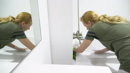 dezenfektan : woman housewife does the cleaning in the bathroom of her house Stok Video