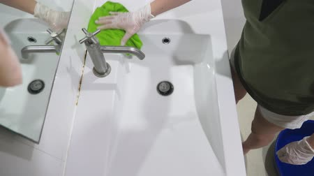bruto : woman housewife does the cleaning in the bathroom of her house Stock Footage