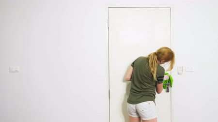 швабра : young woman cleaning the bedroom with cleaning products and equipment, Housework concept