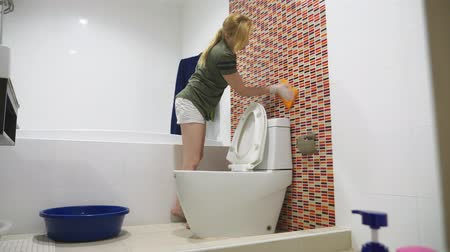 ev işi : woman housewife does the cleaning in the bathroom of her house Stok Video