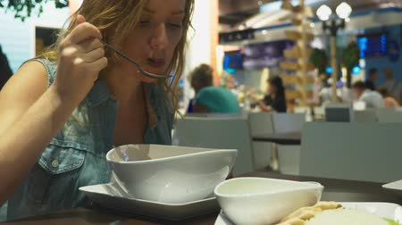calcário : Shrimp soup is a Thai dish with a sour and spicy taste. man eats tom yam at a table in a restaurant. close-up. concept of tourism tourism Stock Footage