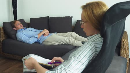 psiquiatra : Medical concept with psychologist visit. woman psychologist gives psychological counseling to a young man