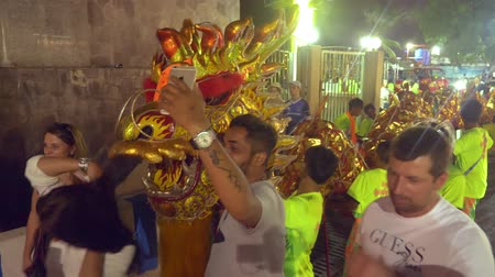 siamês : Pattaya THAILAND - FEBRUARY 05, 2019: Group parade of the golden dragons exhibition on walking street during the Chinese New Year celebrations. Stock Footage
