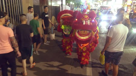 лунный : Pattaya THAILAND - FEBRUARY 05, 2019: Group parade of the golden dragons exhibition on walking street during the Chinese New Year celebrations. Стоковые видеозаписи