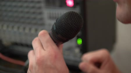 певец : close-up. Microphone in the home studio. man singing karaoke at home