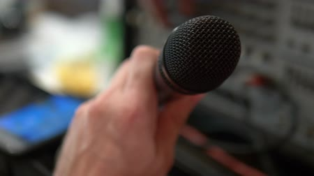 голос : close-up. Microphone in the home studio. man singing karaoke at home