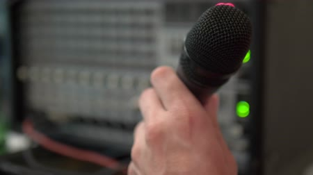 vokal : close-up. Microphone in the home studio. man singing karaoke at home