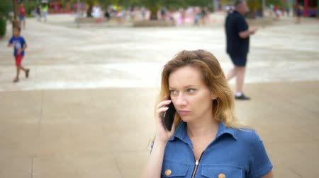 pessoal : close-up. worried young woman talking on the phone. outdoor