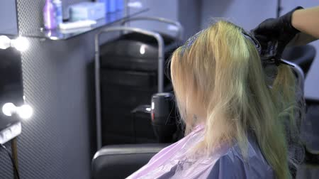 teinture : close-up. hair dyeing concept. hairdresser colorist dye the hair of a woman with a brush Vidéos Libres De Droits