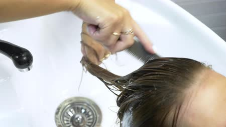 szampon : Process of washing your hair in a hairdresser. girl in a beauty salon. wash your hair, hair care, health.