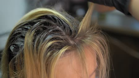 vlasy : close-up. hair dyeing concept. hairdresser colorist dye the hair of a woman with a brush Dostupné videozáznamy