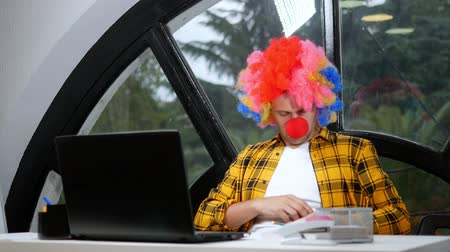 stripboek : allegory concept, office worker. Clown manager in the office