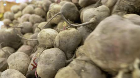 супермаркет : beets in a container in a supermarket, background. view from above.