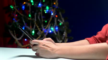 спрашивать : Happy New Year and Merry Christmas. close-up. female hands texting sms message on smartphone