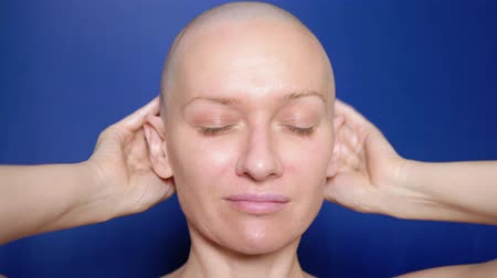урод : satisfied bald woman rubs hair growth agent in her head. Weird People Adventure Concept Стоковые видеозаписи