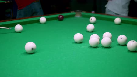 sinuca : billiards. Close-up. man hand with cue and white ball on a green pool table. copy space