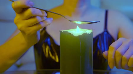 łyżka : someone is preparing a drug in a spoon over a candle flame, close-up