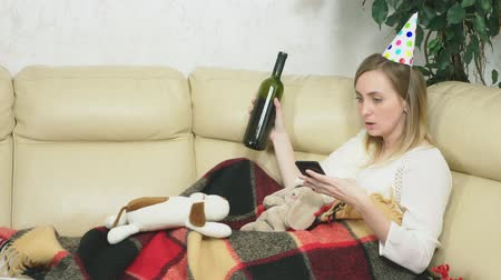 blahopřání : the girl celebrates the holiday at home alone. drinking, eating pizza and use the phone