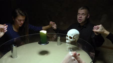 psicodélico : A session of spiritualism group of people sitting at a round table holding hands