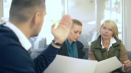 belasting : couple man and woman talking to a female consultant in the office. Stockvideo