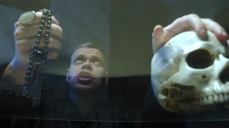 psicodélico : view through a glass countertop. the magician casts a spell. hand on its skull Stock Footage