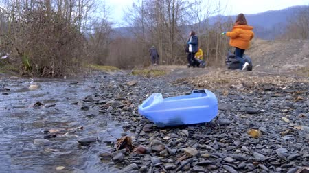 voluntário : environmental problems. volunteers collect trash on the banks of the river