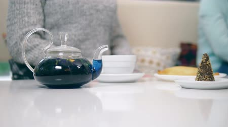 bezelye : blue tea from the flowers klitoria in teapot. fashionable design food Stok Video