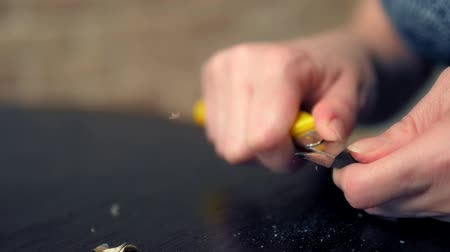grafit : closeup of a hand. man sharpens a pencil with a knife. Stok Video