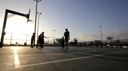 basketbal : Spelen basketbal, In de zonsondergang. Stockvideo