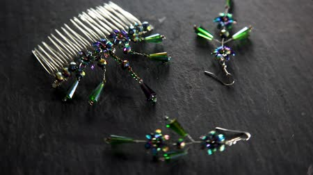perline : Jewelers earrings and a comb of handmade, spinning overflowing with stones. Filmati Stock