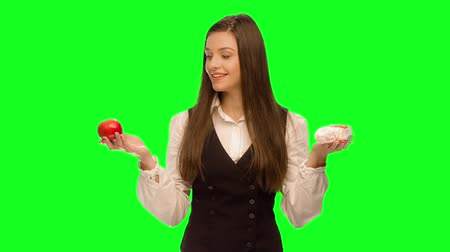 tłuszcz : Woman choosing to eat burger instead of apple