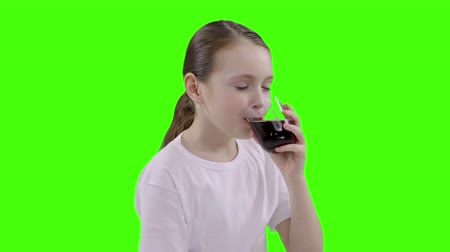szomjúság : the girl drinks cherry juice Stock mozgókép