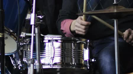 davulcu : drummer plays the drums Stok Video