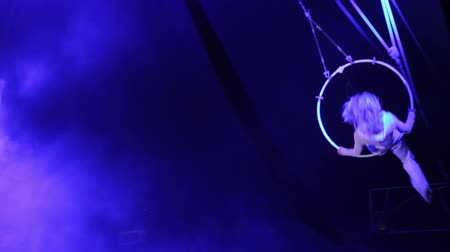 acrobata : Woman acrobat performing in circus Stock Footage