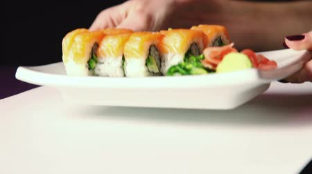comida japonesa : Sushi food put on the table
