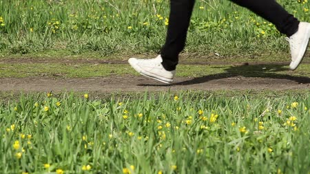buty sportowe : feet running along the path playing sports
