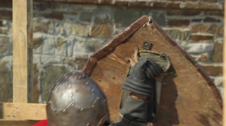 miecz : a fight between two knights in armor with swords day Wideo
