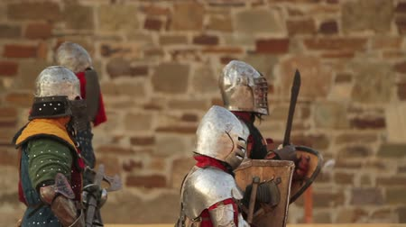 şövalye : knights in armor coming after the fight Stok Video