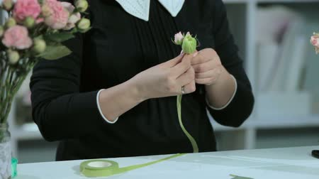 florista : tape ribbon in hand florist