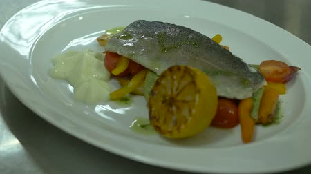 porce : Serving Dishes Fish And Vegetables Lemon in Restaurant Dostupné videozáznamy