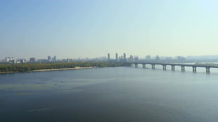 Украина : Paton Bridge over Dnieper river in Kyiv Ukraine Стоковые видеозаписи