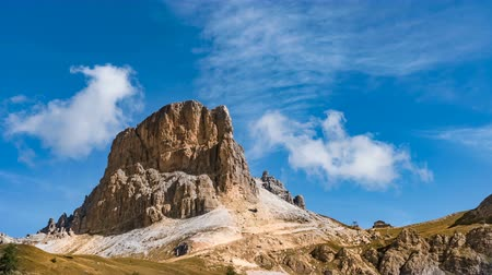 dolomitos : Time Lapse of Dolomites mountain with small white cloud in sky, Italy. Summer natural landscape of Averau and travel destination of Northern Italy in time lapse