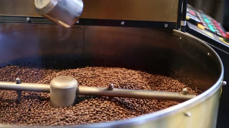 кофе : Traditional coffee roaster cooling of fresh roasted coffee beans. Стоковые видеозаписи
