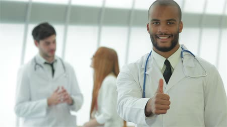 gravata : Portrait of a successful doctor showing two thumbs up Stock Footage