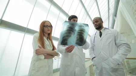 gravata : Three confident doctor examining x-ray snapshot of lungs