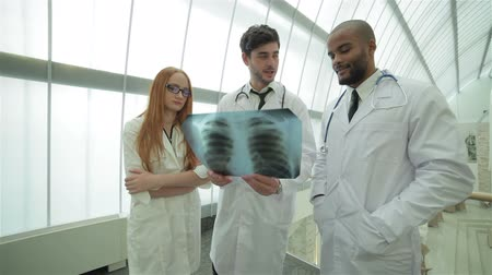 gravata : Confident doctor examining x-ray snapshot of lungs in hospital